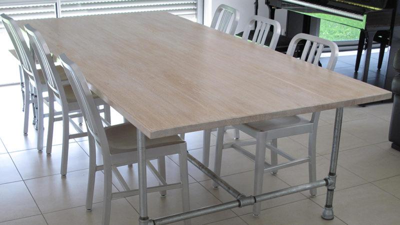 Table avec plateau en bois et pieds en métal