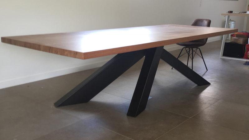Table avec plateau en Angélique et pied en métal